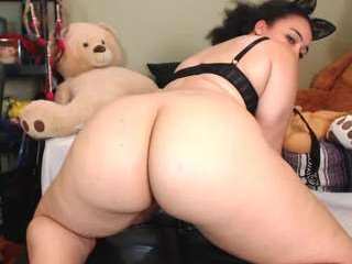 love_raquel_xo has an incredible curvy body and possibly the prettiest-looking hairy pussy in the world